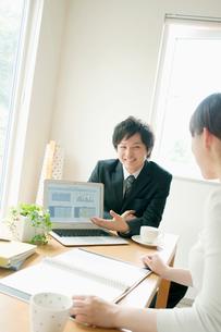 保険の外交員と女性の写真素材 [FYI02847816]