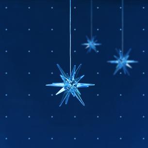 青い光のオブジェの写真素材 [FYI02847824]