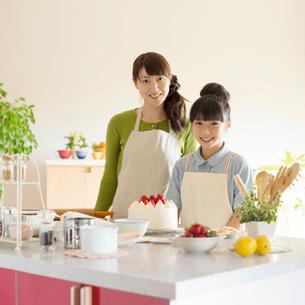 キッチンでケーキを作る親子の写真素材 [FYI02847839]