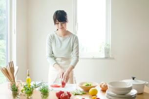 キッチンで料理をする女性の写真素材 [FYI02847860]