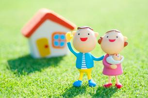 家と赤ちゃんを抱く夫婦のクラフトの写真素材 [FYI02847871]