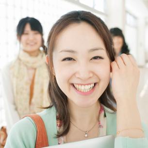 廊下で微笑む女性の写真素材 [FYI02847893]