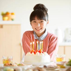 ケーキと微笑む女の子の写真素材 [FYI02847899]