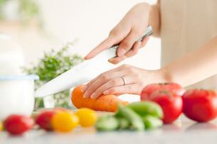 野菜を切る女性の手元の写真素材 [FYI02847900]