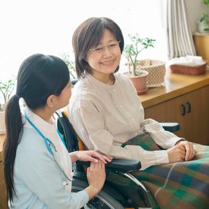 患者に寄り添う看護師(訪問医療)の写真素材 [FYI02847911]