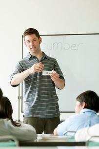 英語の授業をする外国人教師と小学生の写真素材 [FYI02847923]