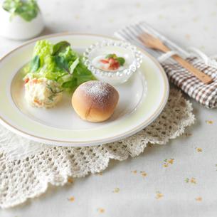 手作りパンのあるワンプレートランチの写真素材 [FYI02847931]