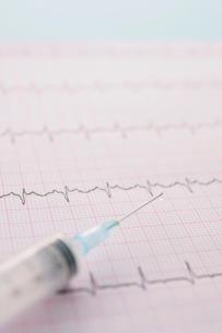心電図のグラフと注射器の写真素材 [FYI02847938]