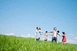 手をつなぎ輪になる若者たちの写真素材 [FYI02847939]