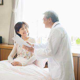 患者に病状の説明をする医者(訪問医療)の写真素材 [FYI02847948]