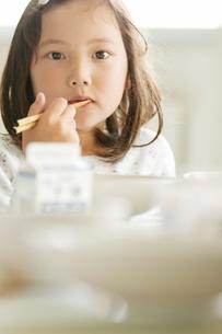 給食を食べる小学生の写真素材 [FYI02847959]