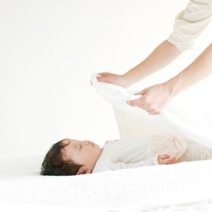 赤ちゃんに毛布をかける母親の手元の写真素材 [FYI02848000]