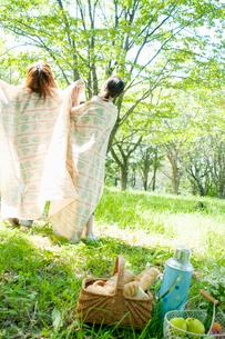 布に包まり遊ぶ2人の女性の写真素材 [FYI02848086]