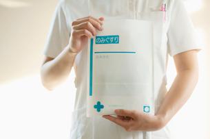 薬の袋を持つ手元の写真素材 [FYI02848088]