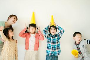 メガホンを頭に乗せる小学生の写真素材 [FYI02848169]