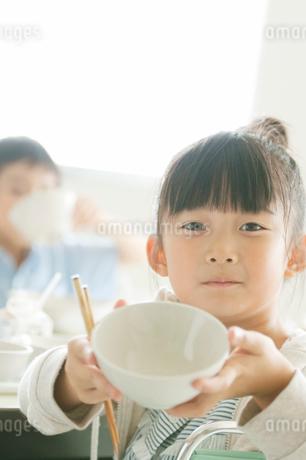 給食の食べ終わった器を差し出す小学生の写真素材 [FYI02848172]