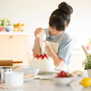 キッチンでケーキを作る女の子の写真素材 [FYI02848188]