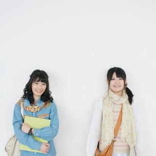 壁際に並び微笑む大学生の写真素材 [FYI02848245]