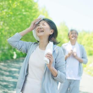 ジョギングをするシニア夫婦の写真素材 [FYI02848249]