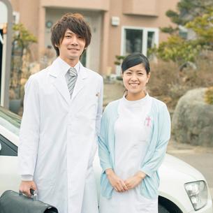 車の前に並ぶ医者と看護師(訪問医療)の写真素材 [FYI02848253]