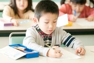 テストを受ける小学生の写真素材 [FYI02848267]