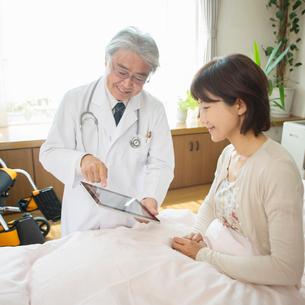 患者に病状の説明をする医者(訪問医療)の写真素材 [FYI02848282]
