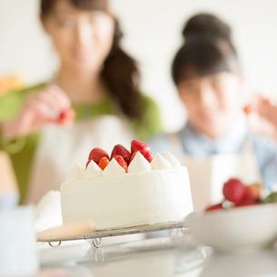キッチンでケーキを作る親子の写真素材 [FYI02848306]