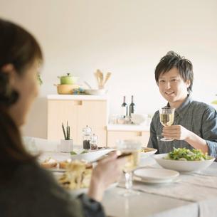 食事をするカップルの写真素材 [FYI02848310]