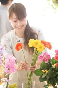 花の手入れをする花屋の店員の写真素材 [FYI02848330]