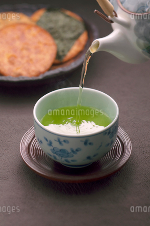 急須で注ぐお茶の写真素材 [FYI02848404]