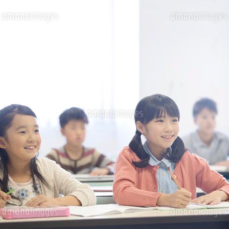 勉強をする小学生の写真素材 [FYI02848407]
