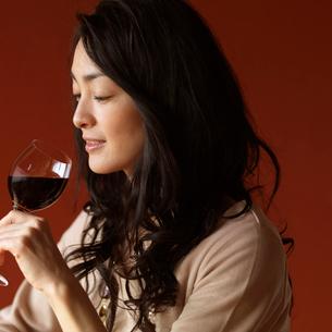 ワイングラスを持つ女性の写真素材 [FYI02848410]