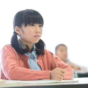 勉強をする小学生の写真素材 [FYI02848434]