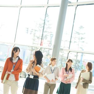 オフィスを歩くビジネスウーマンの写真素材 [FYI02848440]
