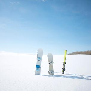 ゲレンデに並ぶスノーボードとスキーの写真素材 [FYI02848467]