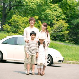 車の前で微笑む親子の写真素材 [FYI02848488]