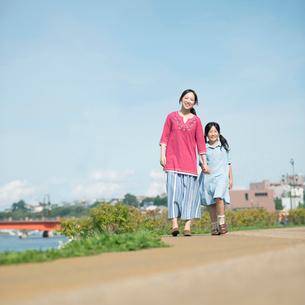 手をつなぎ散歩をする親子の写真素材 [FYI02848496]