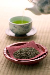 お茶の葉と急須で注ぐお茶の写真素材 [FYI02848497]
