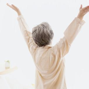 伸びをするシニア女性の後姿の写真素材 [FYI02848505]