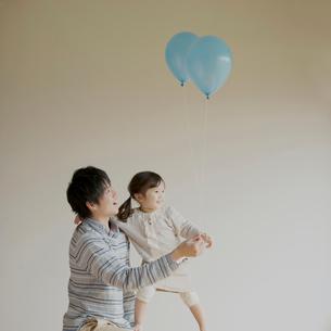 風船を持つ女の子と父親の写真素材 [FYI02848509]