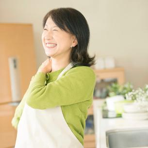 肩こりが改善したシニア女性の写真素材 [FYI02848516]