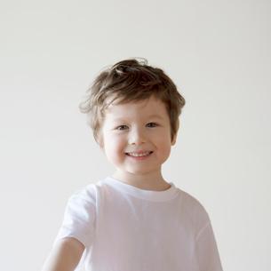 微笑むハーフの男の子の写真素材 [FYI02848517]