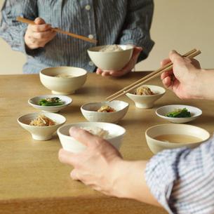 健康を意識した和食を食べるシニア夫婦の手元の写真素材 [FYI02848522]