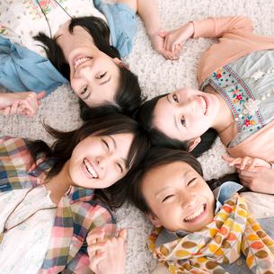 手をつなぎ微笑む4人の女性の写真素材 [FYI02848524]