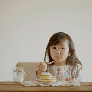 ホットケーキを食べる女の子の写真素材 [FYI02848535]