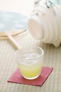 冷茶と蚊取り線香と団扇の写真素材 [FYI02848582]