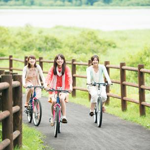 自転車に乗る大学生の写真素材 [FYI02848583]