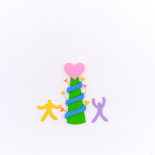 ハートの塔と並ぶ人たちのオブジェ クラフトの写真素材 [FYI02848585]