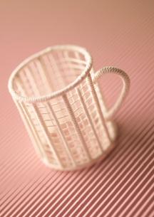 ワイヤーで作ったコーヒーカップのオブジェ クラフトの写真素材 [FYI02848586]