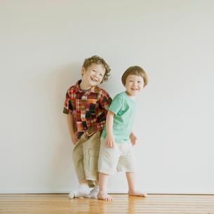 微笑むハーフの兄弟の写真素材 [FYI02848605]